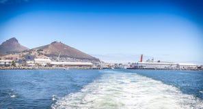 离开港口的小船苏醒在维多利亚&阿尔弗莱德江边,加州 库存图片