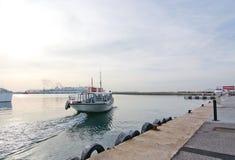 离开港口的渡轮 库存照片
