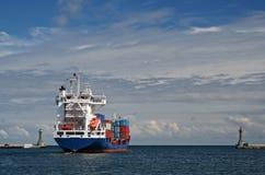 离开港口的货船 库存图片