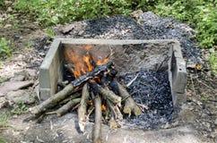开火在壁炉,准备煤炭 免版税库存照片