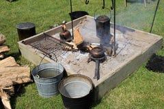 开火坑以罐和平底锅闷燃的火和品种  免版税库存图片