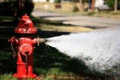开火消防栓喷洒的高压水 免版税库存图片
