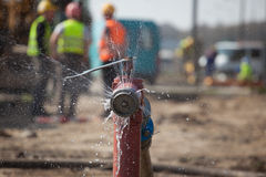 开火消防栓喷洒的高压水 免版税图库摄影