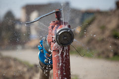 开火消防栓喷洒的高压水 免版税库存照片