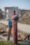 开火消防栓喷洒的高压水 库存照片