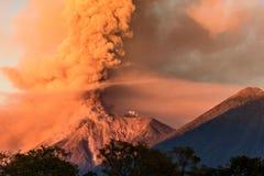 开火火山喷发在黎明的,安提瓜岛,危地马拉 免版税图库摄影