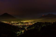 开火火山爆发在安提瓜岛,危地马拉 免版税库存照片