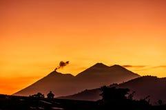 开火火山&阿卡特南戈火山火山在日落 免版税库存图片