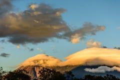 开火火山&阿卡特南戈火山火山在黎明,安提瓜岛,危地马拉 免版税图库摄影
