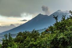 开火&阿卡特南戈火山火山,安提瓜岛,危地马拉 库存照片