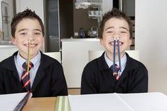 开玩笑使用,当在家时执行家庭作业 库存照片