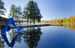 开玩笑在秋天颜色的湖池 库存照片