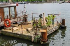 开玩笑地在居住船附近的现代平台在阿姆斯特丹 免版税库存照片