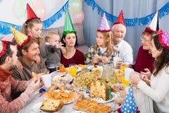 开玩笑地表现在生日聚会期间的家庭 免版税库存照片