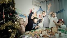 开玩笑地表现在friend's生日零件期间的男孩和女孩 库存照片