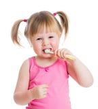 开玩笑女孩清洁牙和微笑,查出在空白背景 免版税库存图片