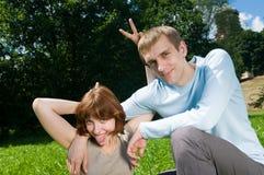 开玩笑年轻人的夫妇 免版税库存照片