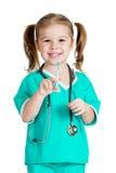 开玩笑扮演有注射器的女孩医生查出在白色 免版税库存照片