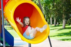 开玩笑操场 儿童游戏在夏天公园 免版税图库摄影