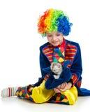 开玩笑有小猫的男孩小丑在空白背景的帽子里面 库存图片