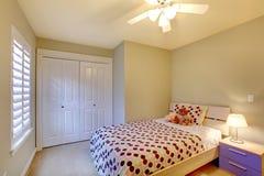 开玩笑有最小的现代设计的卧室。 免版税库存图片