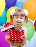 开玩笑有礼品小猫的女孩 图库摄影