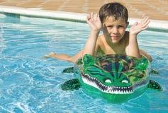 开玩笑演奏池游泳 免版税图库摄影