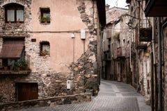 离开的古老街道在中世纪村庄 免版税库存照片