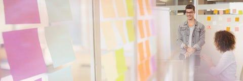 开的商人与五颜六色的稠粘的笔记转折作用的一次会议 免版税库存照片