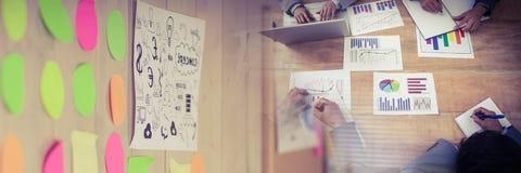 开的商人与五颜六色的稠粘的笔记转折作用的一次会议 库存照片