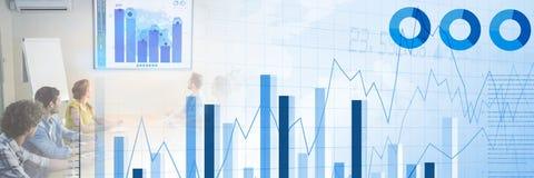 开的商人与长条图和统计转折作用的一次会议 免版税库存图片