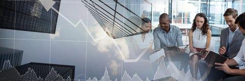 开的商人与财政股票的一次会议绘制天空刮板摩天大楼转折effe图表 免版税库存照片