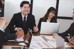 开的商人会议 商人&女实业家wo 免版税图库摄影