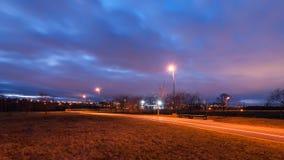 离开的城市自行车道路在秋天晚上 库存照片