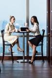 开的女实业家在地平线前面的工作会议 免版税库存照片