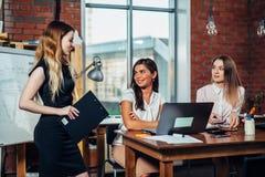 开的女实业家队会议谈论运作新的想法在一个现代办公室 免版税库存图片
