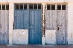 离开的屋子的老蓝色门 免版税图库摄影