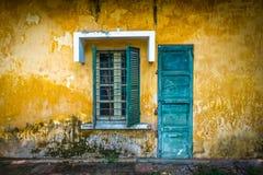 街道的老和破旧的房子在越南。 免版税库存照片
