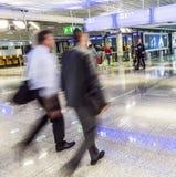 离开的法兰克福国际机场霍尔乘客  库存图片