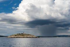 离开的海岛和风暴 免版税库存照片