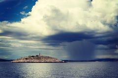 离开的海岛和风暴 免版税库存图片