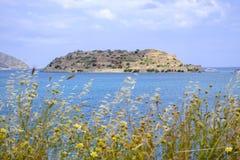 离开的海岛Spinalonga,前麻疯病患者殖民地的视图 免版税图库摄影