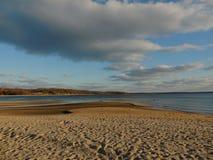 离开的海滩和黑暗的云彩 库存图片