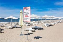 离开的海滩在夏天 免版税库存图片
