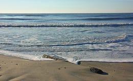 离开的海洋海滩在清早 库存图片