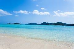 离开的热带海岛海滩,冲绳岛,日本 免版税库存照片