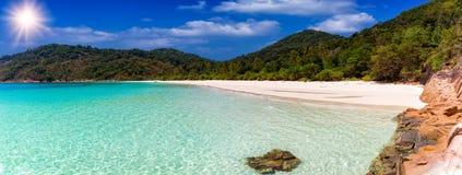 离开的热带海滩用绿松石水 库存图片