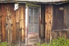 离开的老宅基在百年谷的夏天在Lakeview, MT附近 库存图片
