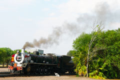 离开的蒸汽火车在非洲火车比勒陀利亚自豪感的资本公园驻地是世界s名列前茅25火车之一 免版税库存图片