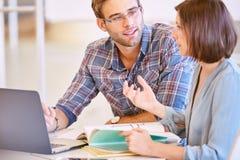 开的设计师与自由职业者的生产同事的一次会谈 免版税库存图片